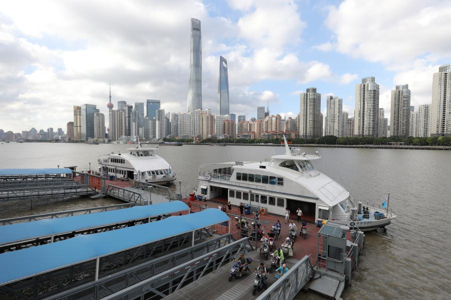 Present: Although people can now cross the Huangpu River by subway, tunnel or bridges, ferries are still favored by motorists. Many tourists also choose ferries as an economic way to view the sights of Lujiazui and the Bund.  (Photo/Shine.cn)