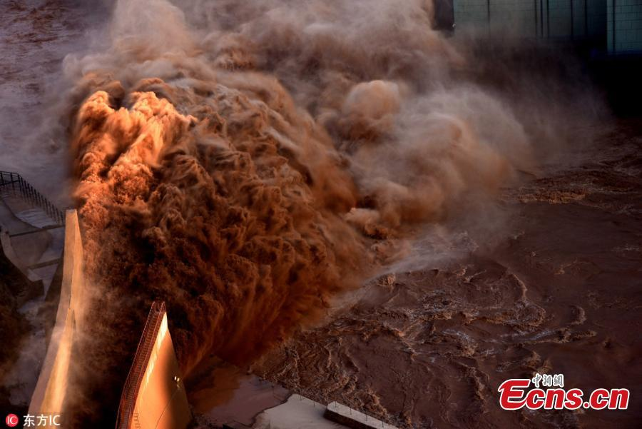 Flood water gushes from the Liujiaxia Reservoir on the Yellow River in Northwest China's Gansu Province, Aug. 26, 2018. Approximately 3,200 cubic meters of water per second was discharged from the hydroelectric station, the highest amount in 31 years, as heavy rainfalls hit the upper reaches of the Yellow River. (Photo/IC)