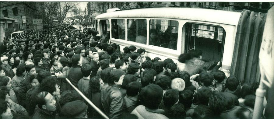 Past: Passengers elbow each other to get on a bus. To ease transportation problems, Shanghai drew up a blueprint for some prominent projects in 1991, including the Inner Ring Road, Metro Line 1 and the Yangpu and Nanpu bridges. FM105.7, a radio channel providing traffic information, was also launched in the same year.  (Photo/Courtesy of Shanghai Pictorial)