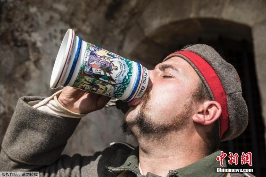 A man dressed in a WWI uniforms drinks from a tankard during a reconstruction of the WWI battle of Verdun, Aug. 25, 2018 in Verdun, eastern France. Hundreds of volunteers from 18 countries gathered in the French town Verdun as part of a string of events to mark the centenary of the end of World War One. Re-enactors dressed in soldiers' uniforms have brought to life a big military encampment in the town. (Photo/Agencies)