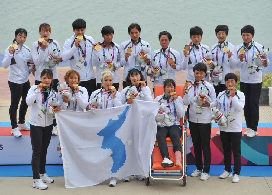 The joint team of the Democratic People's Republic of Korea and Republic of Korea pose with their medals after winning the women\'s 500-meter canoe competition at the Canoe Stadium in Palembang, Indonesia on Aug. 26, 2018. (Photo/Xinhua)