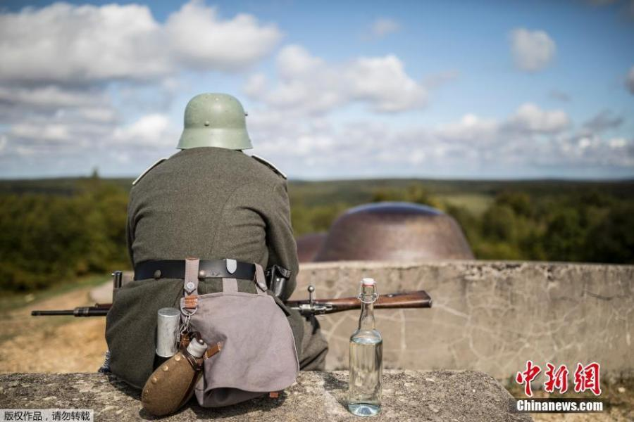 A man dressed in a WWI uniform takes part in a reconstruction of the WWI battle of Verdun, Aug. 25, 2018 in Verdun, eastern France. Hundreds of volunteers from 18 countries gathered in the French town Verdun as part of a string of events to mark the centenary of the end of World War One. Re-enactors dressed in soldiers' uniforms have brought to life a big military encampment in the town. (Photo/Agencies)