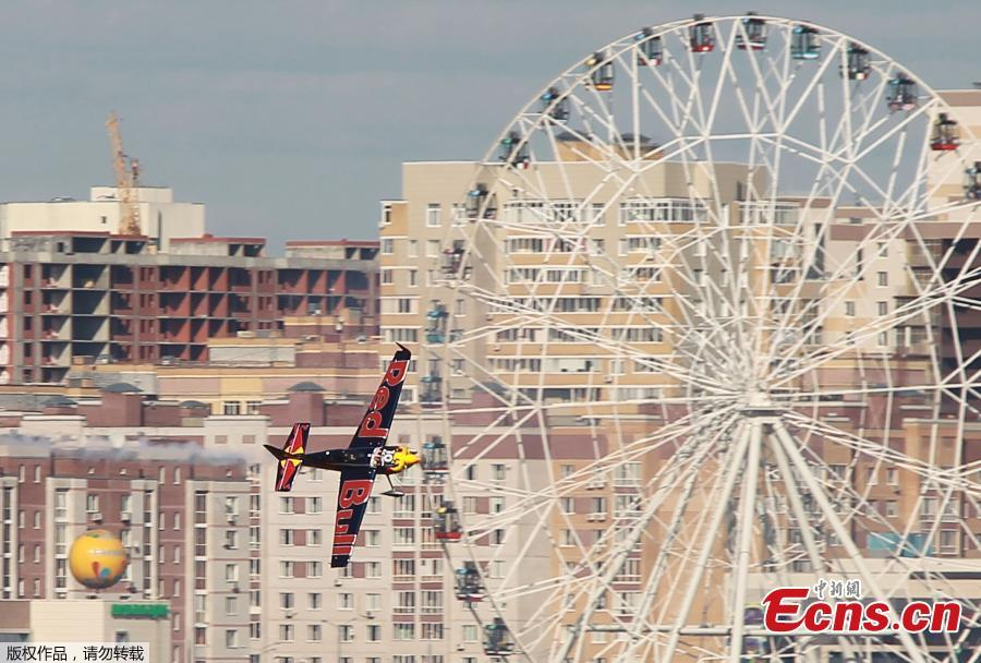 Kirby Chambliss of the U.S. flies with his Edge 540 V3 plane during the Red Bull Air Race World Championship in Kazan in Kazan, Russia August 26, 2018.(Photo/Agencies)