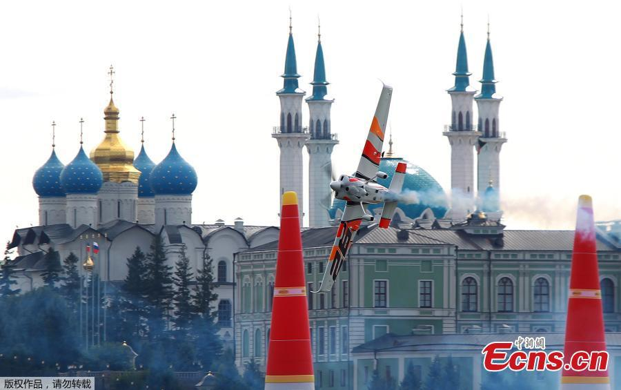Juan Velarde of Spain flies with his Edge 540 V2 plane during the qualification session of the Red Bull Air Race World Championship in Kazan, Russia August 25, 2018.(Photo/Agencies)