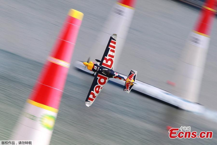 Martin Sonka of Czech flies with his Edge 540 V3 plane during the qualification session of the Red Bull Air Race World Championship in Kazan, Russia August 25, 2018.(Photo/Agencies)