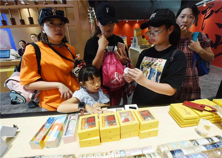 People browse in the pop-up store in Hangzhou, East China\'s Zhejiang Province, on Aug.29, 2018. (Photo/Asianewsphoto)