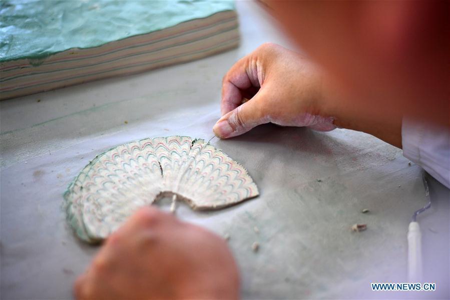 Chai Zhanzhu, the representative inheritor of Dangyangyu kiln Jiao Tai pottery firing, \