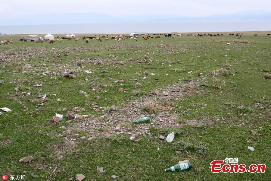 Garbage litters the shore of Sayram Lake in Xinjiang Uygur Autonomous Region, Aug. 26, 2018. The beautiful natural scenery near the lake has been tarnished by irresponsible tourists in the peak summer visiting season. (Photo/IC)