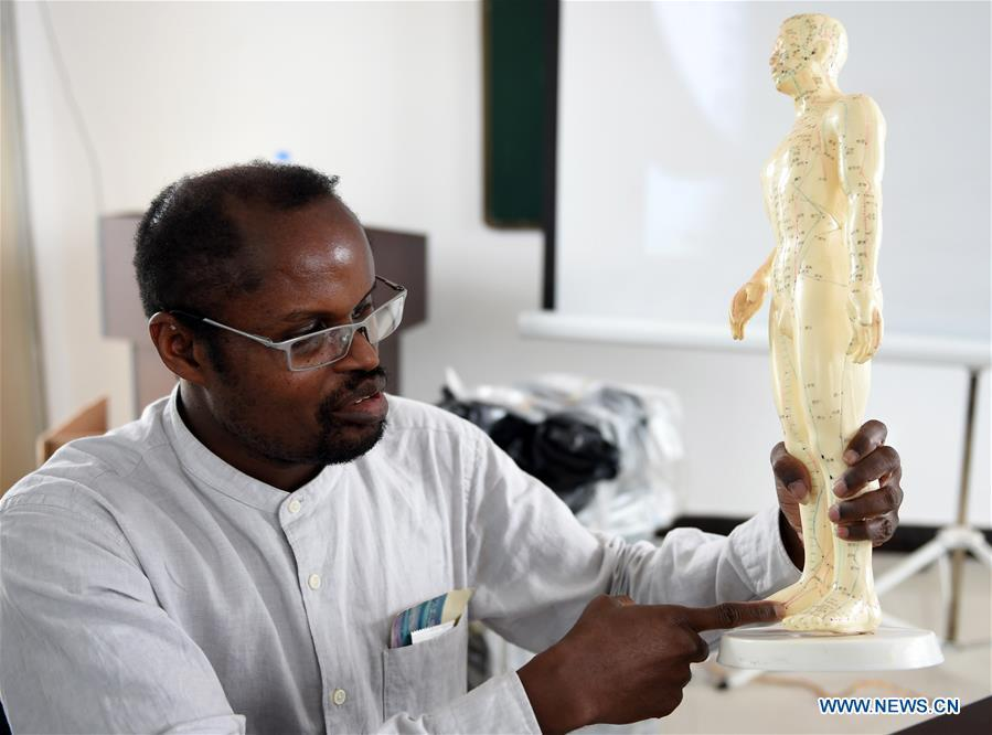 Diarra introduces the structure of human body to local doctors at a health center in Kaiyuan City of Hani-Yi Autonomous Prefecture of Honghe, southwest China\'s Yunnan Province, June 6, 2017.(Xinhua/Wang Changshan)
