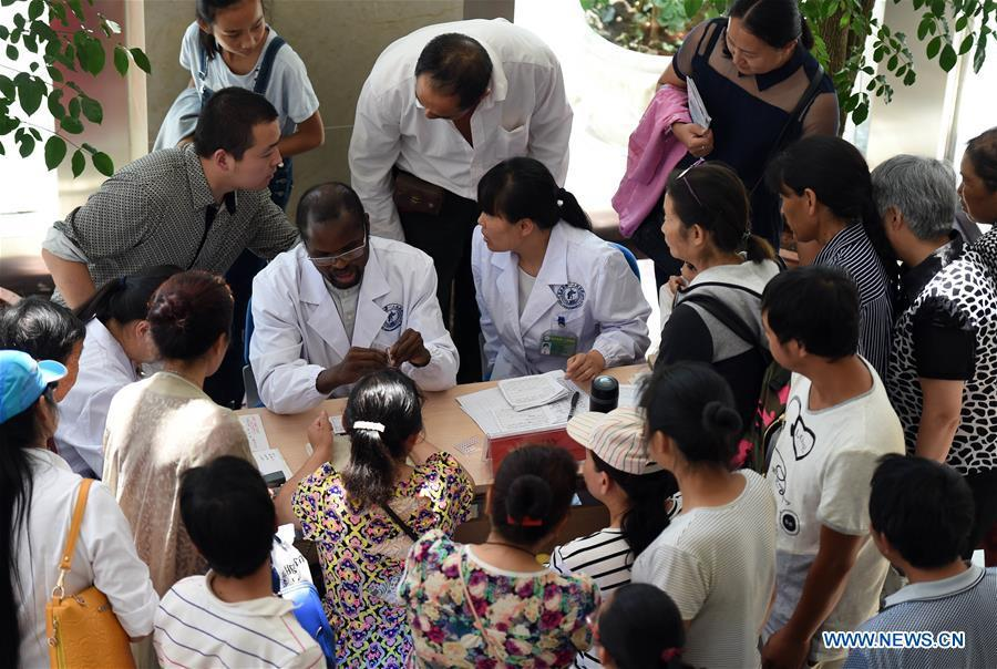 Diarra sees patients at the 1st People\'s Hospital in Yiliang County, southwest China\'s Yunnan Province, June 8, 2017. (Xinhua/Wang Changshan)