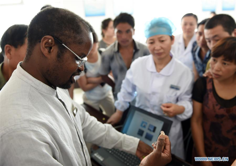 Diarra gives class to local doctors at a health center in Kaiyuan City of Hani-Yi Autonomous Prefecture of Honghe, southwest China\'s Yunnan Province, June 6, 2017. (Xinhua/Wang Changshan)