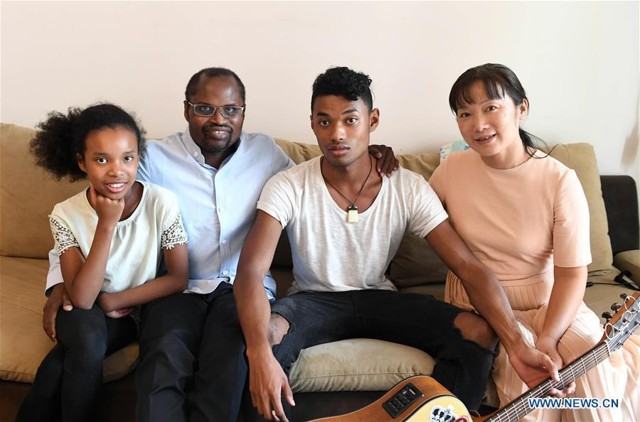 Diarra (2nd L) poses for photo with his wife and two children at home in Kunming, southwest China\'s Yunnan Province, Aug. 28, 2018. (Xinhua/Lin Yiguang)