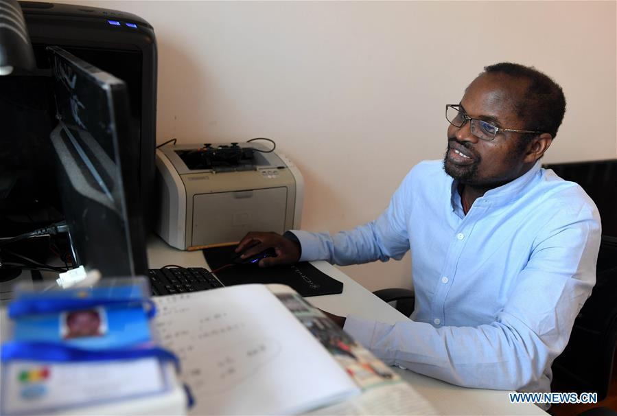 Diarra works on a computer at home in Kunming, southwest China\'s Yunnan Province, Aug. 28, 2018. (Xinhua/Lin Yiguang)