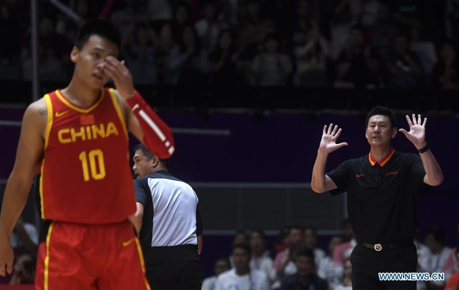 Li Nan (R), head coach of China, is seen during men\'s basketball final between China and Iran at the 18th Asian Games 2018 in Jakarta, Indonesia, Sept. 1, 2018. (Xinhua/Huang Zongzhi)