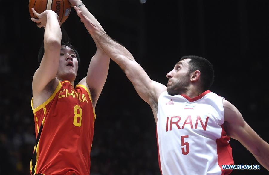Ding Yanyuhang (L) of China competes during men\'s basketball final between China and Iran at the 18th Asian Games 2018 in Jakarta, Indonesia, Sept. 1, 2018. (Xinhua/Huang Zongzhi)