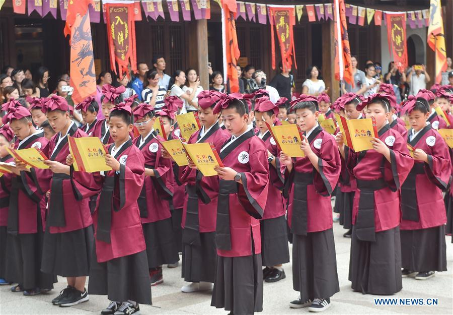 Some 200 students engage in an activity to pay respects to their teachers in Fuzhou, capital of southeast China\'s Fujian Province, Sept. 1, 2018. The activity is held to greet the new semester on the school opening day which falls on Sept. 1. (Xinhua/Song Weiwei)