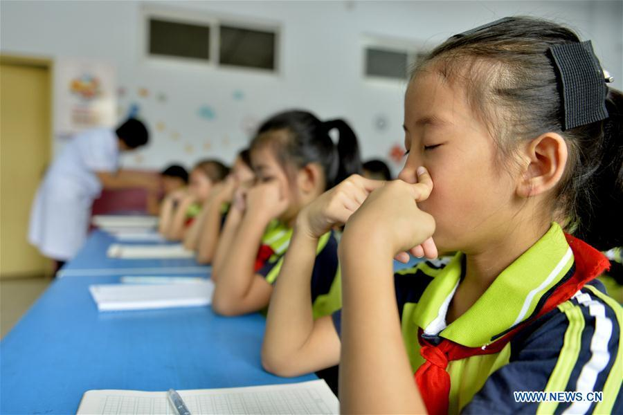 Pupils do eye exercises at an elementary school in Xingtai City, north China\'s Hebei Province, Sept. 1, 2018. To cultivate a good habit of using eyes, schools in China prepare eye-care activities for students on the school opening day which falls on Sept. 1. (Xinhua/Mu Yu)