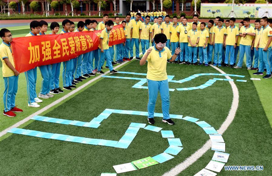 Students participate in an activity while wearing eyeshades at a middle school in Hengshui, north China\'s Hebei Province, Sept. 1, 2018. To cultivate a good habit of using eyes, schools in China prepare eye-care activities for students on the school opening day which falls on Sept. 1. (Xinhua/Zhu Xudong)