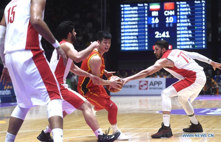 Fang Shuo (2nd R) of China competes during men\'s basketball final between China and Iran at the 18th Asian Games 2018 in Jakarta, Indonesia, Sept. 1, 2018. (Xinhua/Huang Zongzhi)