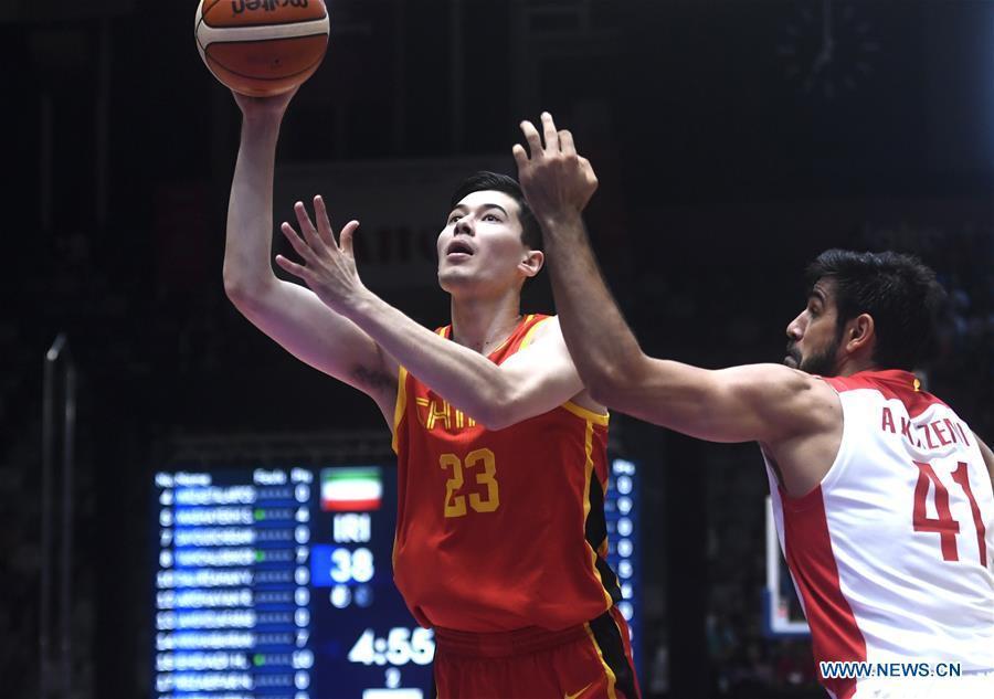 Abudurexiti Abudushalamu (L) of China competes during men\'s basketball final between China and Iran at the 18th Asian Games 2018 in Jakarta, Indonesia, Sept. 1, 2018. (Xinhua/Huang Zongzhi)