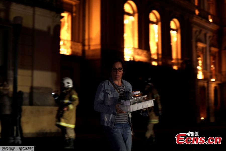 A worker rescues items during a fire at the National Museum of Brazil in Rio de Janeiro, Brazil September 2, 2018.  (Photo/Agencies)