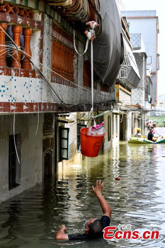 Rescuers help people affected by flood in Chaoyang District, Shantou City, South China's Guangdong Province, Sept. 2, 2018. Nearly 400,000 people in 229 villages and communities were affected by the heavy rain and flood. Local authorities have evacuated more than 58,962 people to safety. (Photo: China News Service/Chen Jimin)