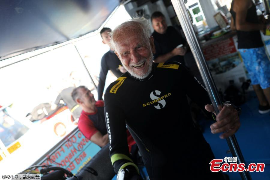 Ray Woolley, pioneer diver and World War 2 veteran, celebrates breaking a new diving record as he turns 95 and took the plunge at the Zenobia, a cargo ship wreck off the Cypriot town of Larnaca, Cyprus September 1, 2018. (Photo/Agencies)