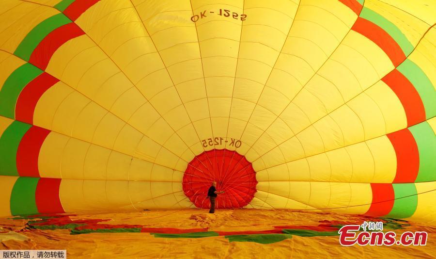 A participant prepares his balloon during the Czech Hot Air Balloon Championship near the town of Uherske Hradiste, Czech Republic, Aug. 31, 2018. (Photo/Agencies)