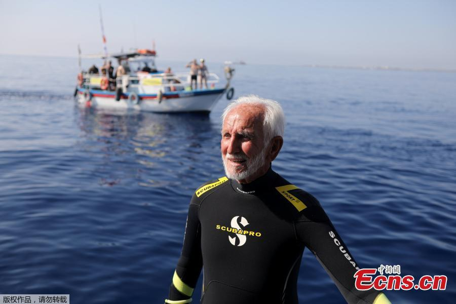 Ray Woolley, pioneer diver and World War 2 veteran, is seen before breaking a new diving record as he turns 95 by taking the plunge at the Zenobia, a cargo ship wreck off the Cypriot town of Larnaca, Cyprus September 1, 2018. (Photo/Agencies)