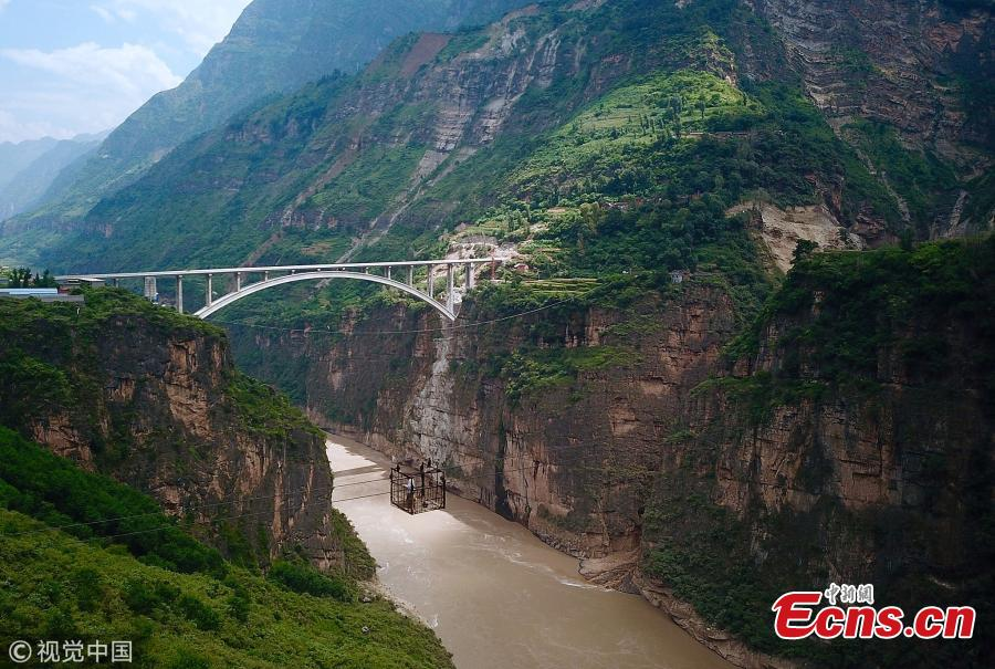 It's goodbye dangerous, outdated ziplines and hello newly-built bridges for a river by a village in Liangshan Yi Autonomous Prefecture, Southwest China's Sichuan Province, Sept. 1, 2018. The province has built 77 new bridges to replace ziplines ?steel cables the villagers hung from for a dangerous journey across the river. (Photo/VCG)