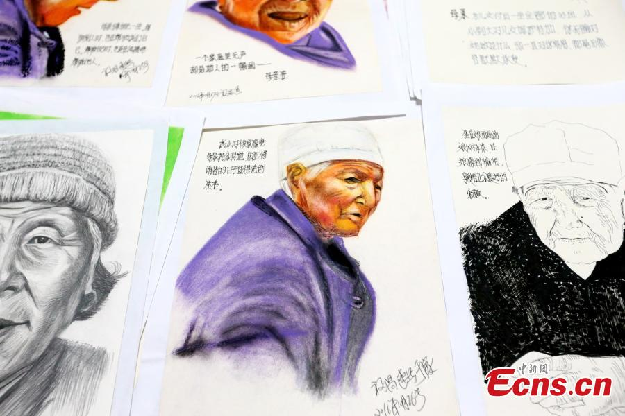 Li Fuchang shows drawings of his mother in Xi'an City, Northwest China's Shaanxi Province, Sept. 4, 2018. Li, 60, drew more than 200 portraits of his mother before she died two years ago after becoming ill and bed-ridden. Li said he created the images to help cheer up his mother and today he feels grateful to have the record of her last days. (Photo: China News Service/Zhang Yuan)