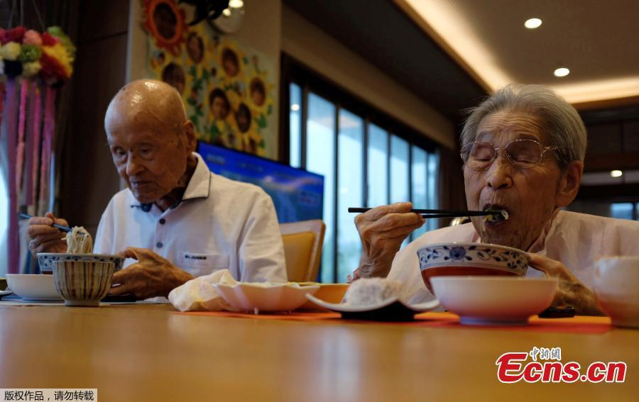 World\'s oldest living married couple Masao Matsumoto (L) and Miyako Matsumoto eat lunches at a nursing house in Takamatsu, Kagawa prefecture, Japan, Sept. 4, 2018. Japan is known for its abundance of centenarians and can now lay claim to having the world\'s oldest living married couple, with a combined age of 208 - a feat the wife credits to her patience during 80 years of marriage. Masao Matsumoto, 108, and his 100-year-old wife, Miyako, have been confirmed as the oldest living spouses by aggregate age by Guinness World Records, having been married since October 1937. (Photo/Agencies)