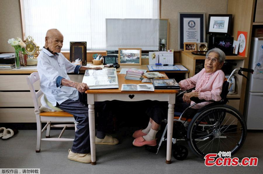 World\'s oldest living married couple Masao Matsumoto (L) and Miyako Matsumoto look at albums in their room at a nursing house in Takamatsu, Kagawa prefecture, Japan, Sept. 4, 2018. Japan is known for its abundance of centenarians and can now lay claim to having the world\'s oldest living married couple, with a combined age of 208 - a feat the wife credits to her patience during 80 years of marriage. Masao Matsumoto, 108, and his 100-year-old wife, Miyako, have been confirmed as the oldest living spouses by aggregate age by Guinness World Records, having been married since October 1937. (Photo/Agencies)