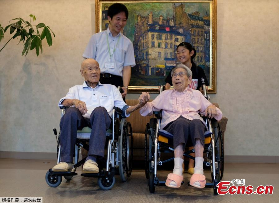 World\'s oldest living married couple Masao Matsumoto and Miyako Matsumoto pose for a photo with their great-grandchild and their care staff at a nursing house in Takamatsu, Kagawa prefecture, Japan, Sept. 4, 2018. Japan is known for its abundance of centenarians and can now lay claim to having the world\'s oldest living married couple, with a combined age of 208 - a feat the wife credits to her patience during 80 years of marriage. Masao Matsumoto, 108, and his 100-year-old wife, Miyako, have been confirmed as the oldest living spouses by aggregate age by Guinness World Records, having been married since October 1937. (Photo/Agencies)