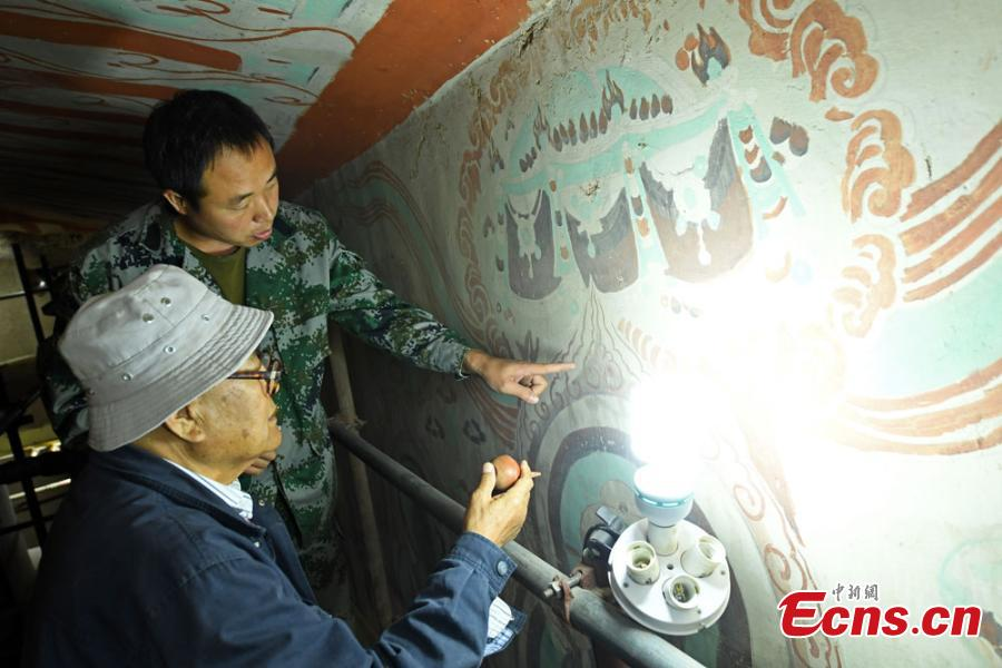 Over six decades, relic restoration expert Li Yunhe has repaired nearly 4,000 square meters of murals and more than 500 Buddha statues in the Mogao Caves at Dunhuang City, Northwest China's Gansu Province. The caves contain some of the finest examples of Buddhist art spanning a period of 1,000 years. Even after retirement, the expert in his eighties is still dedicated to bringing back the glory of the relics. (Photo: China News Service/Yang Yanmin)
