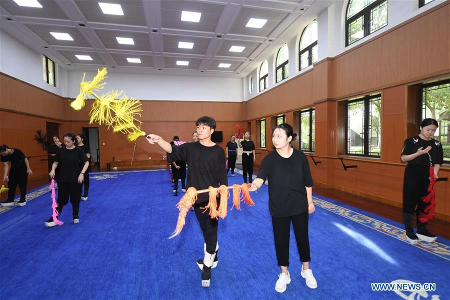 Wang Hongyuan (L, front) learns performing Yue Opera at class at Shengzhou Yue Opera art school in Shengzhou, east China\'s Zhejiang Province, Sept. 3, 2018. Wang Hongyuan, 17, was born in Taizhou of Zhejiang Province. He is the only male student who learns playing Xiaosheng (role of young man) in Yue Opera at Shengzhou Yue Opera art school. Xiaosheng are usually played by female actresses in Yue Opera which is an old art form originated in Shengzhou and noted for its lyricism and sweet tunes in China. Wang Hongyuan was granted special admission on account of his talent and resolve when he was at second grade in junior middle school. After hard practices, he has already taken part in some performances. (Xinhua/Weng Xinyang)