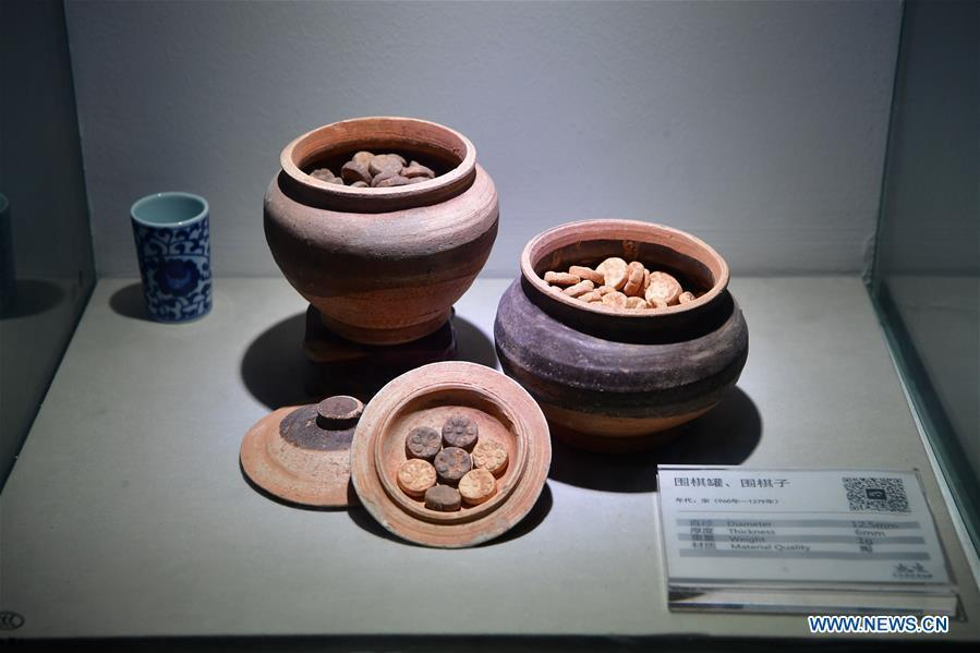 Go pieces and pots are displayed at Go (Weiqi) museum in Luoyang, central China\'s Henan Province, Sept. 5, 2018. The private museum displays about 25,000 exhibits relating to Go game in China. (Xinhua/Feng Dapeng)