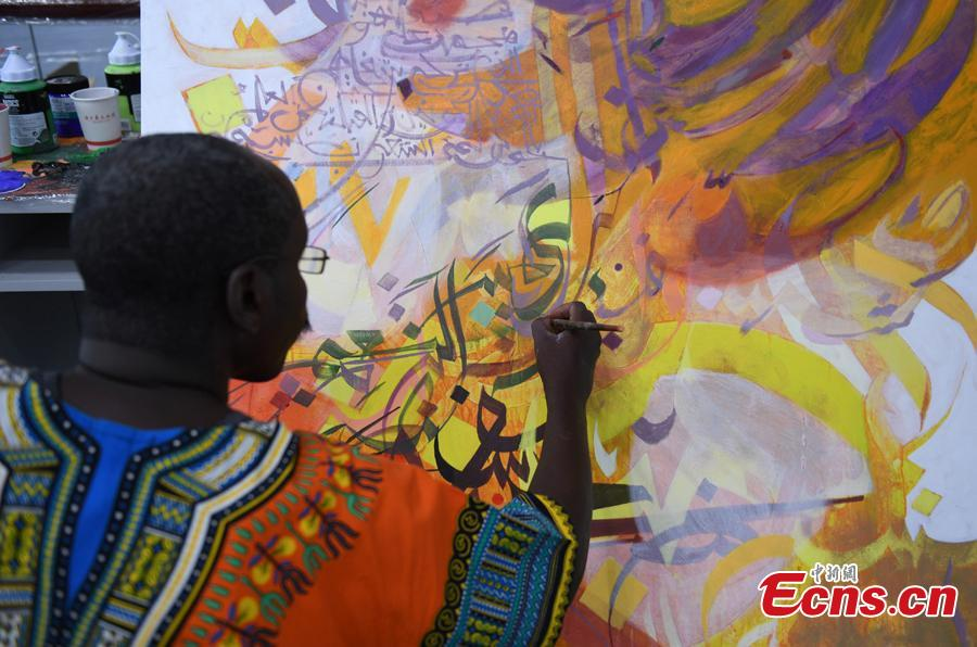 An artist draws a painting during a tour of Hangzhou City, East China's Zhejiang Province, Sept. 6, 2018. Eleven Arabian artists in total visited the city in a cultural exchange program.(Photo: China News Service/Wang Gang)