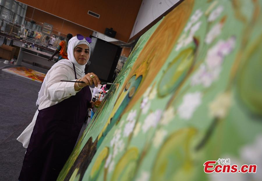 An artist draws a painting during a tour of Hangzhou City, East China\'s Zhejiang Province, Sept. 6, 2018. Eleven Arabian artists in total visited the city in a cultural exchange program.(Photo: China News Service/Wang Gang)