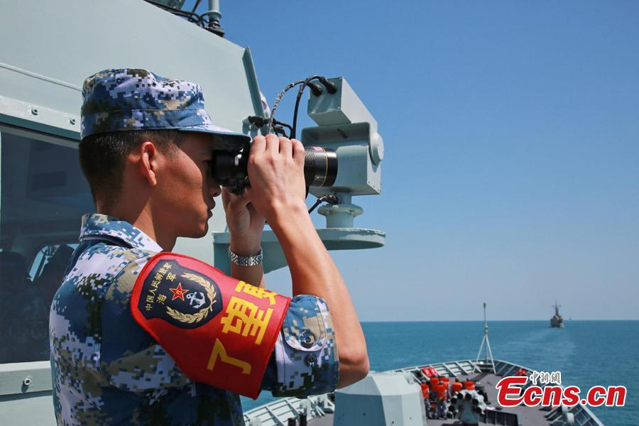 A Chinese soldier watches through a telescope onboard Chinese frigate Huangshan during Exercise KAKADU 2018 at sea off the coast of Darwin, Australia, Sept. 6, 2018. The joint exercise was hosted by the Royal Australian Navy and supported by the Royal Australian Air Force. This year\'s event involves the participation of 27 countries, including China, Bangladesh, Canada, Chile, France, India, Indonesia, Japan, New Zealand, Philippines, Republic of Korea. (Photo: China News Service/Xu Guang)