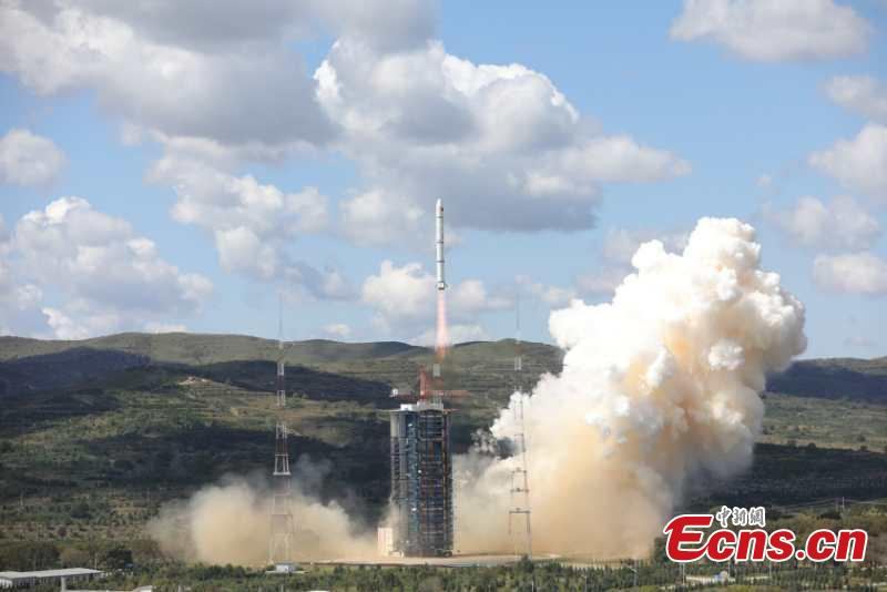 A Long March-2C rocket carrying the HY-1C satellite takes off from the Taiyuan Satellite Launch Center in north China\'s Shanxi Province at 11:15 a.m., Sept. 7, 2018. The satellite will help monitor ocean color and water temperatures, providing basic data for research on the global oceanic environment.(Photo: China News Service/Zheng Taotao)