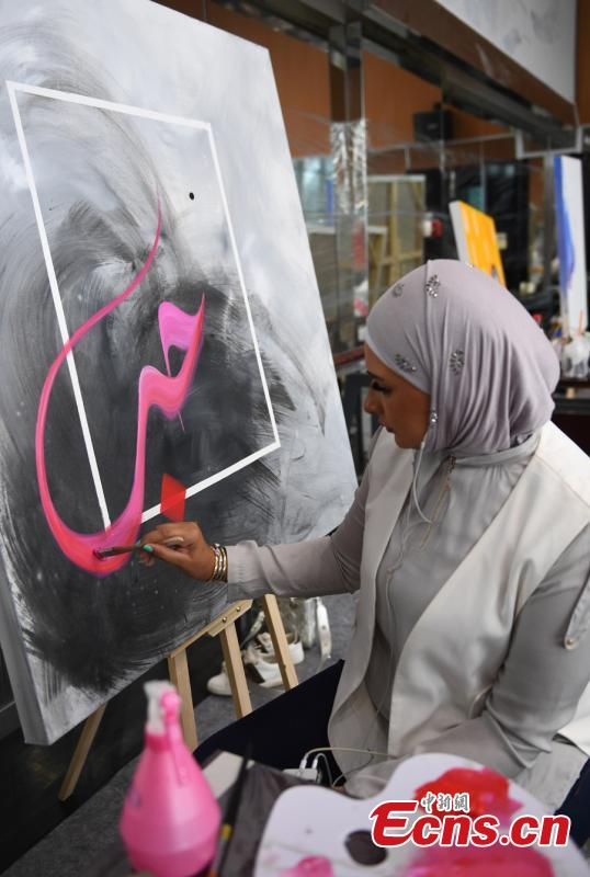 An artist draws a painting during a tour of Hangzhou City, East China\'s Zhejiang Province, Sept. 6, 2018. Eleven Arabian artists in total visited the city in a cultural exchange program. (Photo: China News Service/Wang Gang)