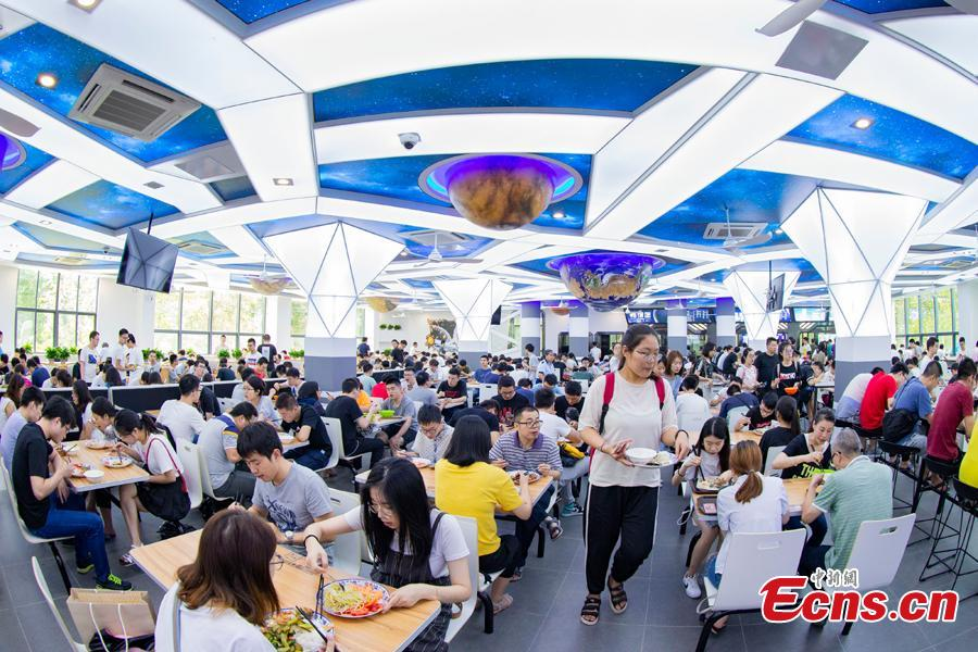 Teachers and students dine at a universe-themed canteen at Nanjing University of Aeronautics and Astronautics in Nanjing, East China\'s Jiangsu Province, Sept. 6, 2018. The canteen\'s interior decor features the Milky Way, astronauts and the Big Dipper, attracting diners to the unconventional dining space. (Photo: China News Service/Yang Bo)