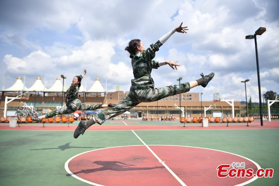 Freshman students from the Yunnan Arts University pose for photos during a compulsory military training in Kunming City, Southwest China\'s Yunnan Province, Sept. 6, 2018. Military training, compulsory for freshmen in China\'s colleges, includes a diverse range of programs. (Photo: China News Service/Liu Ranyang)