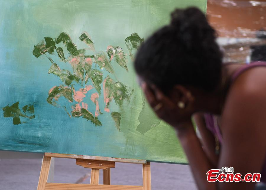 An artist draws a painting during a tour of Hangzhou City, East China's Zhejiang Province, Sept. 6, 2018. Eleven Arabian artists in total visited the city in a cultural exchange program. (Photo: China News Service/Wang Gang)
