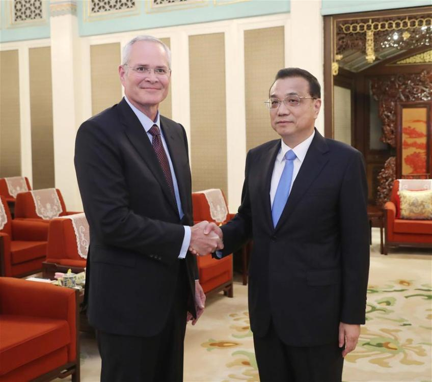 Chinese Premier Li Keqiang (R) meets with Darren Woods, ExxonMobil chairman and CEO, in Beijing, capital of China, Sept. 7, 2018. (Xinhua/Liu Weibing)