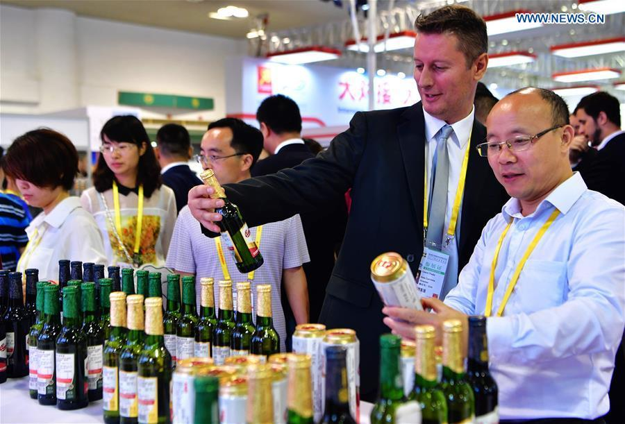 An exhibitor promotes beer from the Czech Republic at the 20th China International Fair for Investment and Trade in Xiamen, southeast China\'s Fujian Province, Sept. 8, 2018. (Xinhua/Wei Peiquan)