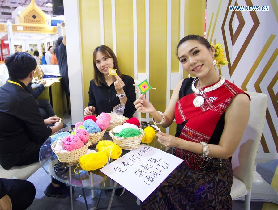 Exhibitors from Thailand show their weaved artifacts at the 20th China International Fair for Investment and Trade in Xiamen, southeast China\'s Fujian Province, Sept. 8, 2018. (Xinhua/Jiang Kehong)
