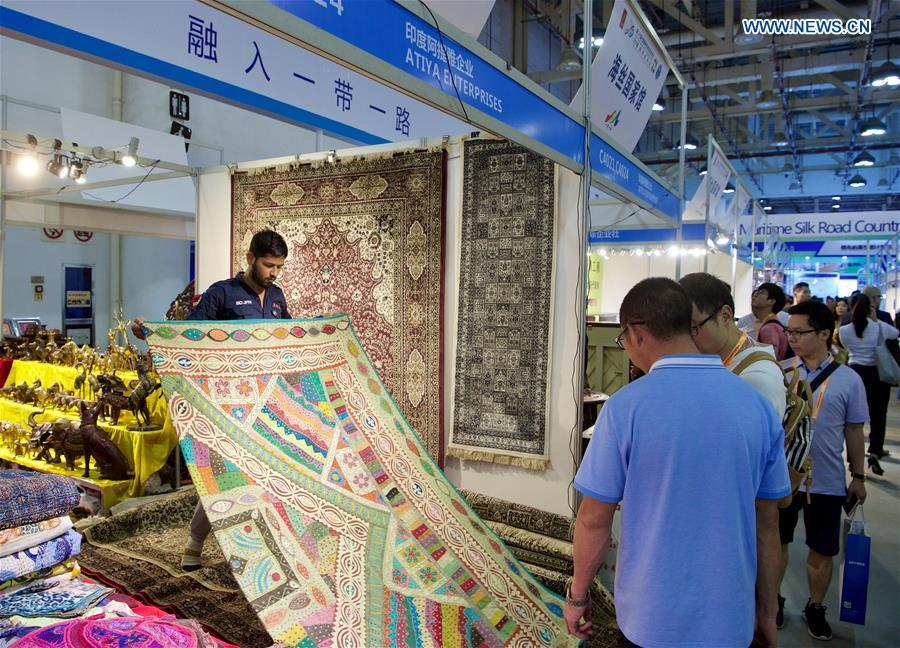 An exhibitor from India shows the carpet at the 20th China International Fair for Investment and Trade in Xiamen, southeast China\'s Fujian Province, Sept. 8, 2018. (Xinhua/Jiang Kehong)