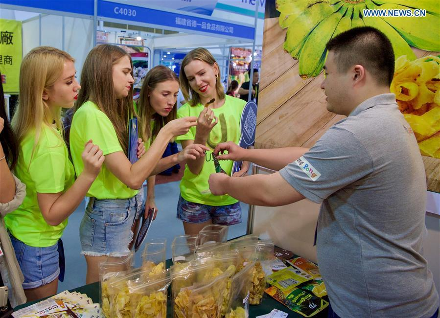 Visitors from Ukraine taste food at the 20th China International Fair for Investment and Trade in Xiamen, southeast China\'s Fujian Province, Sept. 8, 2018. (Xinhua/Jiang Kehong)